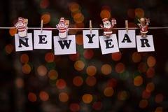 Texto del Año Nuevo en los papeles con las pinzas Fotos de archivo libres de regalías
