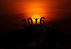 texto del Año Nuevo 2016 - silueta del hombre en el top de la colina Imágenes de archivo libres de regalías