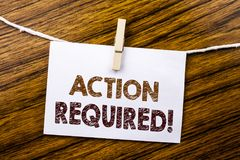 Texto del aviso de la escritura que muestra la acción requerida Concepto del negocio para urgente inmediato escrito en el documen Fotos de archivo libres de regalías