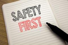 Texto del aviso de la escritura que muestra el concepto del negocio de la seguridad primero para la advertencia segura escrita en Fotografía de archivo