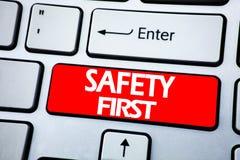 Texto del aviso de la escritura que muestra el concepto del negocio de la seguridad primero para la advertencia segura escrita en Foto de archivo