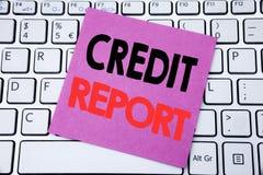 Texto del aviso de la escritura que muestra informe de crédito Concepto del negocio para el control de la cuenta de las finanzas  imagen de archivo