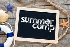 Texto del campamento de verano en la pizarra Fotografía de archivo