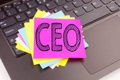 Texto del CEO de la escritura hecho en el primer de la oficina en el teclado de ordenador portátil Concepto del negocio para el l Fotos de archivo