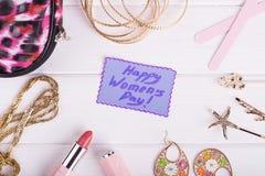 Texto del día del ` s de las mujeres, cosméticos, joyería Fotografía de archivo