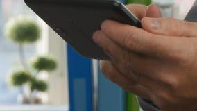 Texto del hombre de negocios usando la conexión inalámbrica electrónica de la tableta en sitio de la oficina almacen de video