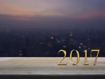 Texto 2017 del metal del oro de la Feliz Año Nuevo en la tabla de madera Fotos de archivo