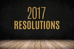 texto del oro de 2017 resoluciones en la pared de la pizarra en el floo de madera del tablón Fotografía de archivo