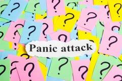 Texto del síndrome del ataque de pánico en notas pegajosas coloridas contra la perspectiva de signos de interrogación Imágenes de archivo libres de regalías