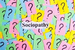 Texto del síndrome de la insociabilidad en notas pegajosas coloridas contra la perspectiva de signos de interrogación Fotografía de archivo