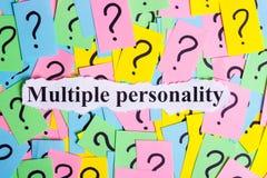 Texto del síndrome de la personalidad múltiple en notas pegajosas coloridas contra la perspectiva de signos de interrogación Fotos de archivo libres de regalías