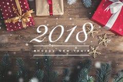 Texto del saludo de la Feliz Año Nuevo 2018 en el fondo de madera con decoros Fotografía de archivo libre de regalías