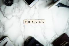 Texto del viaje con los accesorios en el mármol Fotos de archivo libres de regalías