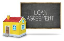 Texto do acordo de empréstimo no quadro-negro com a casa 3d Imagens de Stock Royalty Free