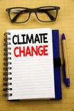 Texto do anúncio da escrita que mostra alterações climáticas Conceito do negócio para o aquecimento global do planeta escrito no  Foto de Stock