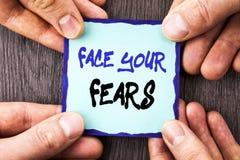 Texto do anúncio da escrita que mostra a cara seus medos Bravura corajoso da confiança conceptual de Fourage do medo do desafio d imagem de stock