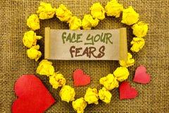 Texto do anúncio da escrita que mostra a cara seus medos Bravura corajoso da confiança de Fourage do medo do desafio do significa fotos de stock royalty free