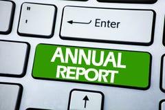 Texto do anúncio da escrita que mostra o informe anual Conceito do negócio para analisar o desempenho escrito na chave azul no ke Fotos de Stock Royalty Free