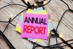 Texto do anúncio da escrita que mostra o informe anual Conceito do negócio para analisar o desempenho escrito na nota pegajosa co Imagem de Stock