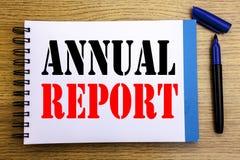 Texto do anúncio da escrita que mostra o informe anual Conceito do negócio para analisar o desempenho escrito no CCB do papel de  Imagem de Stock