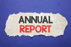 Texto do anúncio da escrita que mostra o informe anual Conceito do negócio para analisar o desempenho escrito no papel de nota co Foto de Stock