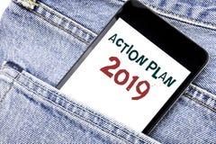 Texto do anúncio da escrita que mostra o plano de ação 2019 Conceito do negócio para o telefone celular escrito estratégia do tel Fotos de Stock