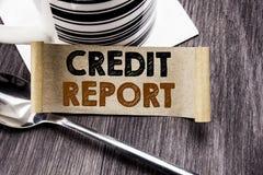 Texto do anúncio da escrita que mostra o relatório de crédito Conceito do negócio para a verificação da contagem da finança escri foto de stock
