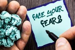 Texto do anúncio que mostra a cara seus medos Conceito do negócio para a bravura corajoso da confiança de Fourage do medo do desa fotografia de stock