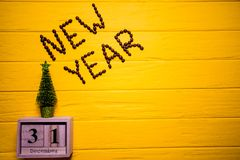 Texto do ano novo do café no fundo de madeira amarelo da prancha Fundo do ano novo Imagens de Stock