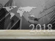 Texto do ano novo feliz 2018 na tabela de madeira imagens de stock