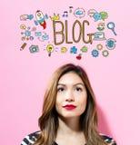 Texto do blogue com jovem mulher Fotos de Stock Royalty Free