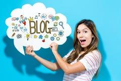 Texto do blogue com a jovem mulher que guarda uma bolha do discurso Imagens de Stock Royalty Free