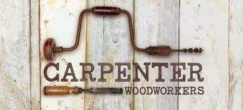Texto do carpinteiro com broca e formão no fundo de madeira Imagem de Stock Royalty Free