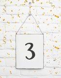 texto do cartão da festa de anos dos anos de idade de 3 árvores com confetes dourados Imagens de Stock