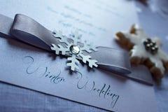 Texto do casamento do inverno com fita e floco de neve foto de stock