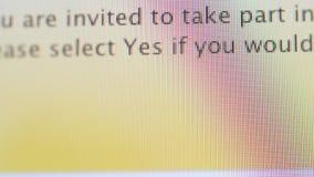 Texto do convite da avaliação visto no computador moderno do LCD vídeos de arquivo