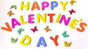 Texto do dia de Valentim feliz das letras coloridas entre borboletas Isolado Imagem de Stock