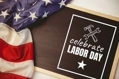 Texto do Dia do Trabalhador sobre a bandeira dos E.U. Imagens de Stock