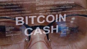 Texto do dinheiro de Bitcoin no fundo do colaborador f?mea video estoque