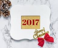 Texto do Feliz Natal 2017 na moldura para retrato branca do vintage com pi Fotografia de Stock