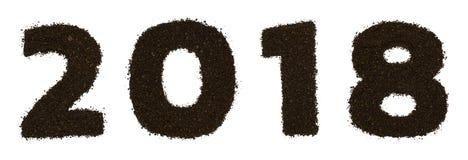 Texto do numeral 2018 feito do café grosseiro à terra isolado no fundo branco Configuração lisa, vista superior fotografia de stock
