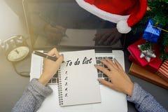 Texto do plano 2017 da escrita da mão da mulher de negócio no livro de nota Fotografia de Stock