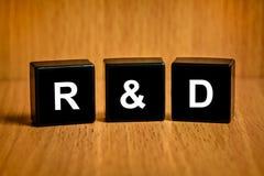 Texto do R&d ou da investigação e desenvolvimento no bloco preto Fotos de Stock