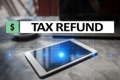 Texto do reembolso de imposto na tela virtual Conceito do negócio e da finança fotografia de stock royalty free