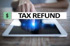 Texto do reembolso de imposto na tela virtual Conceito do negócio e da finança imagens de stock royalty free