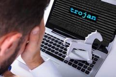 Texto do Trojan da exibição de With Laptop Screen do homem de negócios fotos de stock