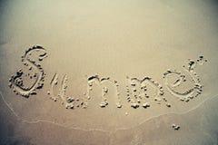 Texto do verão escrito na praia da areia Foto de Stock Royalty Free