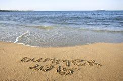Texto do verão 2015 na praia do mar Foto de Stock