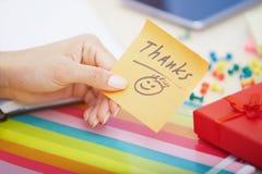 Texto dos agradecimentos na nota adesiva imagem de stock