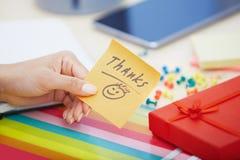 Texto dos agradecimentos na nota adesiva fotos de stock